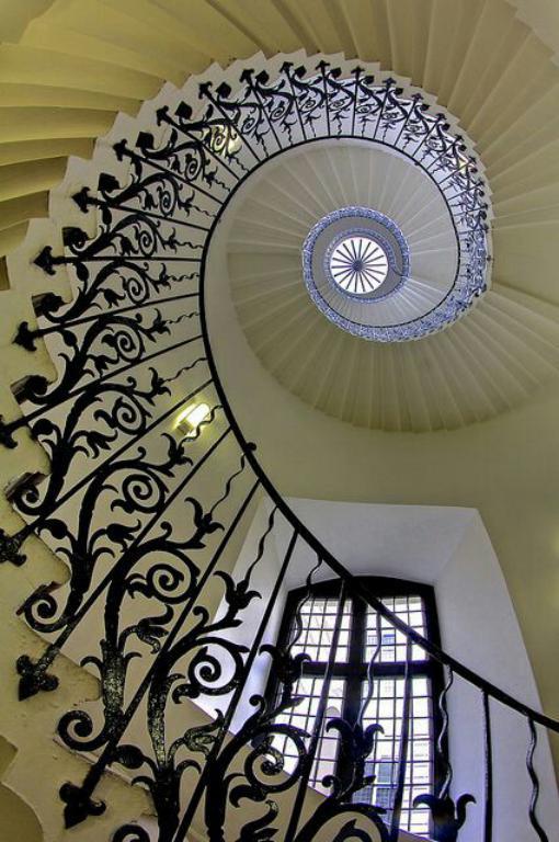 حفاظ راه پله از نمایی زیبا