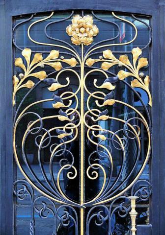 درب آهنی آبی طلایی