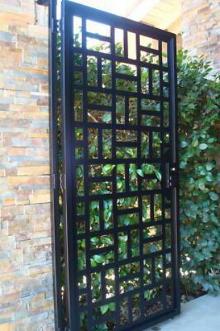 درب آهنی باز در باغ